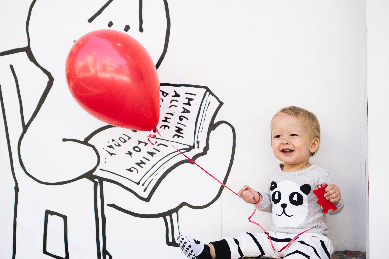 bebe sentado con globo educacion montessori - muebles para la infancia Irqichay