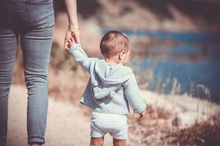 niño caminando como dejar el pañal
