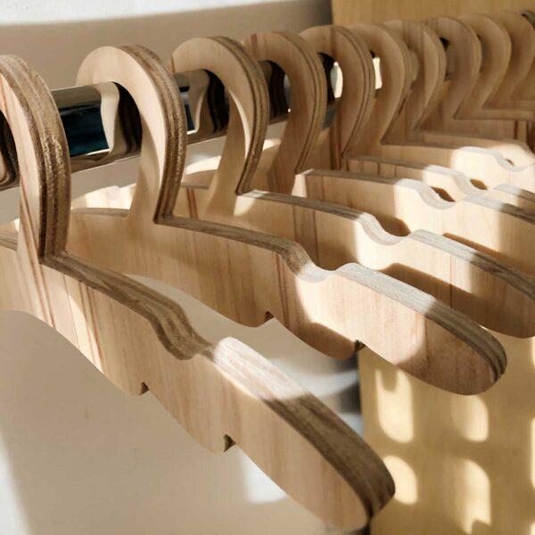 perchas de madera para niños