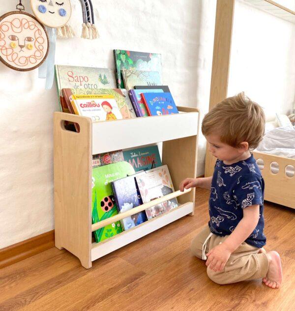 Biblioteca Ana está diseñada para que los niños y niñas tengan en su ambiente disponible y a su altura sus materiales de lectura. Biblioteca montessori